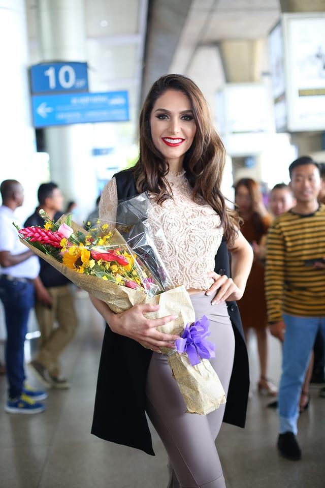 Người đẹp chuyển giới xuất hiện trong trang phục giản dị khi đến Việt Nam nhưng vô cùng cuốn hút.