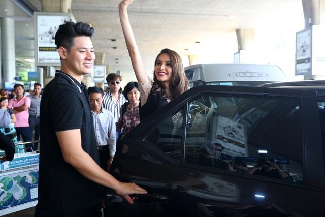 Sau khi rời sân bay, người đẹp dành thời gian nghỉ ngơi sau đó tiếp tục lịch trình giao lưu cùng khán giả tại TPHCM.