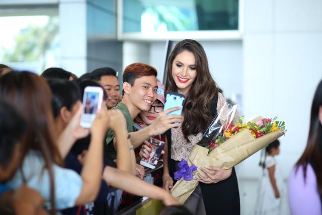 Cô thoải mái chụp hình cùng người hâm mộ tại đây. Nhiều người bất ngờ vì vẻ ngoài cuốn hút của Hoa hậu chuyển giới Brazil.