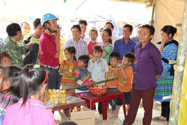 Gian hàng trò chơi thu hút đông đảo người đi chợ tham gia