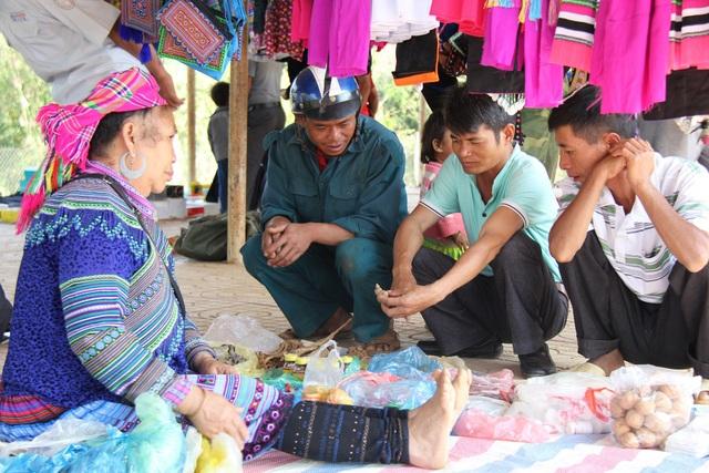 Người dân chủ yếu xuống chợ để vui chơi và mua sắm những vật dụng cần thiết
