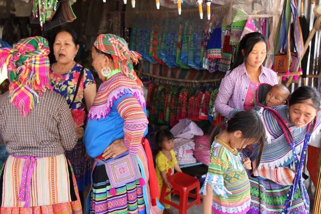 Tập trung đông nhất là cửa hàng váy áo thổ cẩm truyền thống