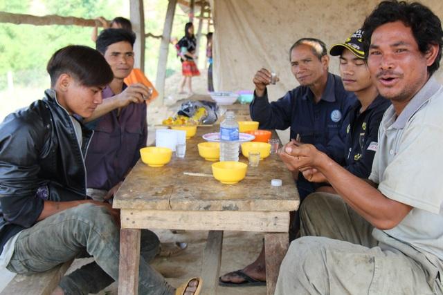 ...thì đàn ông Mông thường thưởng mức món thắng cố và nhâm nhi vài li rượu cùng bạn bè
