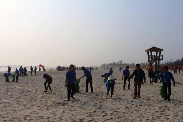 Lực lượng đoàn viên, thanh niên thu gom rác thải dọc bãi biển