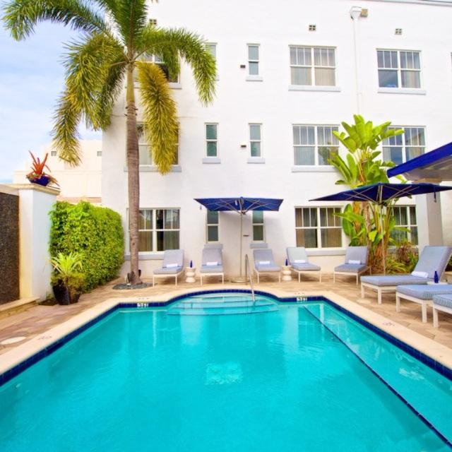 Từ góc nhìn này, có thể thấy hồ bơi ở khách sạn Blue Moon Hotel thuộc bãi biển Miami, Floria có kích thước rộng thênh thang.