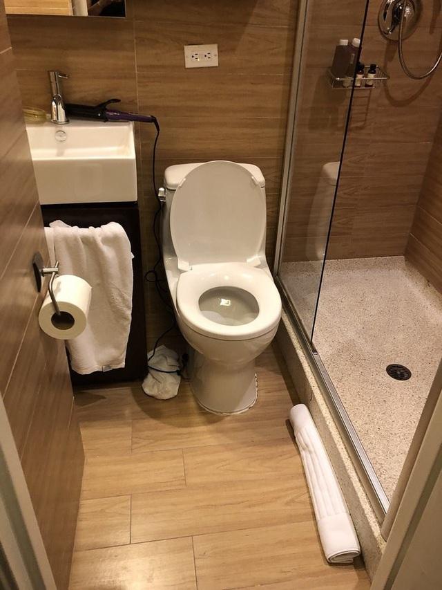 Nhưng một số du khách từng nghỉ tại đây đã lên tiếng phàn nàn về phòng tắm của họ thiếu bồn tắm hoặc quạt thông gió.