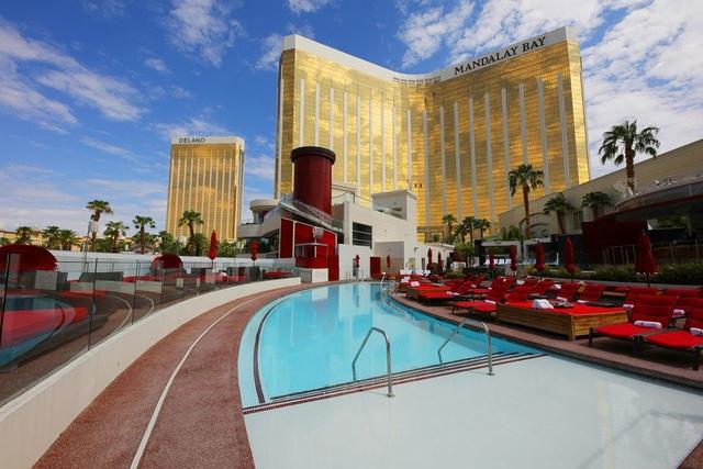 Khu bể bơi Moorea ở khách sạn Mandalay Bay, Las Vegas, Mỹ, hiện lên như chốn thiên đường nghỉ dưỡng khi không một bóng người.