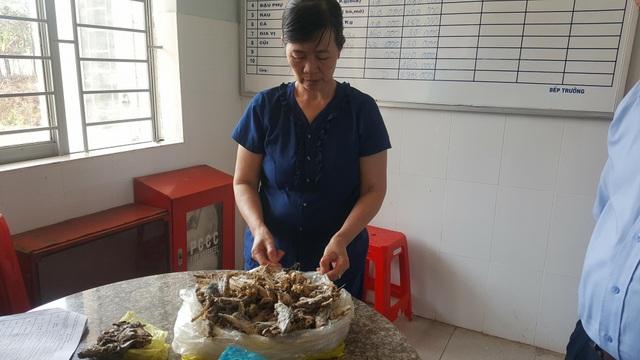 Bà Mai Hiên - bếp trưởng nhà trường đã cho cá mà học sinh phản ánh vào tủ lạnh để bảo quản nhưng không lập biên bản số cá này