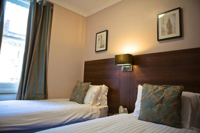 Đây là căn giường đôi tại khách sạn Hanover Hotel Victoria, London, sở hữu diện tích rộng rãi thoải mái.