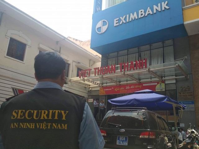 Sáng 26/3, cơ quan cảnh sát điều tra Bộ Công an phối hợp với các đơn vị liên quan tổ chức khám xét Ngân hàng Thương mại CP Xuất nhập khẩu Việt Nam (Eximbank) – chi nhánh TPHCM (Ảnh: Đình Thảo)