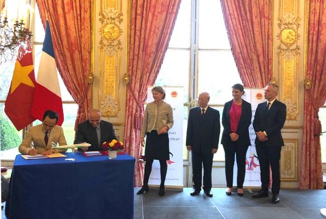 Ảnh: Chủ tịch Tập đoàn FLC Trịnh Văn Quyết (trái) và Phó Chủ tịch Airbus phụ trách thương mại Eric Schulz (phải) ký kết hợp đồng thoả thuận mua 24 máy bay A321NEO cho Bamboo Airways