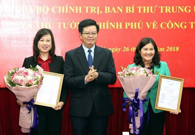 Ông Mai Văn Chính trao quyết định luân chuyển và điều động tới bà Đào Hồng Lan và bà Nguyễn Thị Hà.