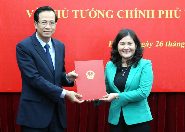 Bộ trưởng Bộ LĐ-TB&XH Đào Ngọc Dung trao quyết định bổ nhiệm chức danh Thứ trưởng tới bà Nguyễn Thị Hà.