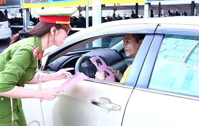 Lực lượng Công an tỉnh Bình Dương từng tuyên truyền đến tài xế để nâng cao cảnh giác, phòng ngừa tội phạm chuyên đập kính xe ô tô trộm tài sản.