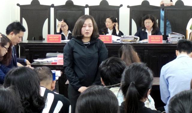 Bị cáo Nguyễn Diệu Linh quay xuống xin lỗi thân nhân các bị hại.