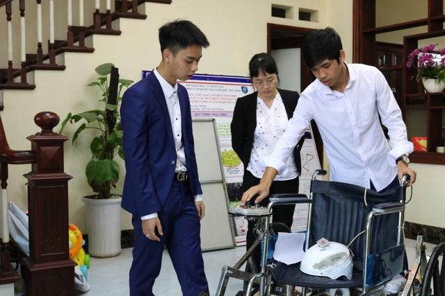 Cô giáo Hoàng Thị Hà hướng dẫn em Khánh và em Đạt hoàn thiện chiếc xe lăn đặc biệt