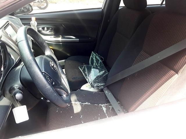 Xe của chị Ph. đậu trong bãi giữ xe của siêu thị Co.op Mart bị kẻ gian đập bể kính trộm tài sản.