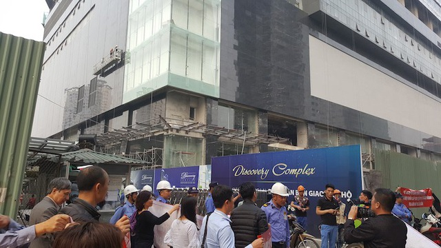 Một số khách hàng mua nhà tại dự án Discovery tập trung phản đối chủ đầu tư hôm 22/3. Ảnh: Nguyễn Khánh.