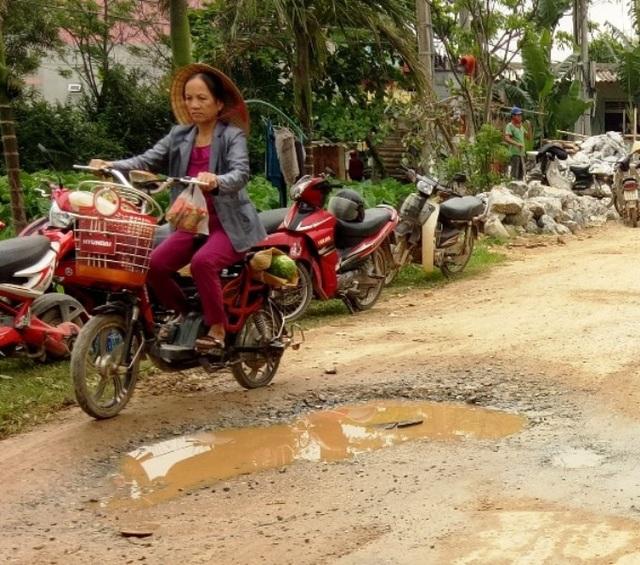 Về mùa mưa những ổ gà, ổ voi tạo thành những vũng nước sâu, rất nguy hiểm cho người tham gia giao thông