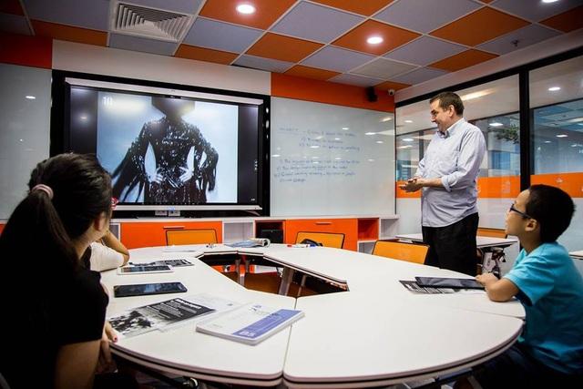 Một giờ học đầy hứng khởi tại Học viện Anh ngữ 5 sao Atlantic với các thiết bị hỗ trợ hiện đại như máy tính bảng cho từng học viên, smartboard.