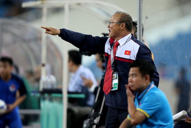 HLV Park Hang Seo chờ đợi các kết quả bốc thăm có lợi cho đội tuyển Việt Nam 2 ngày tới đây (ảnh: Gia Hưng)
