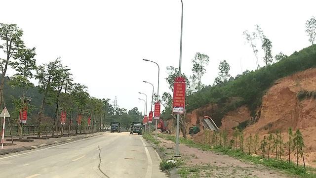 Con đường Khu di tích quốc gia Truông Bồn bị cày xới. Được biết, đoàn xe tải đang ăn đất tại đây là của nhà xe Cảnh Hoa đóng trên địa bàn huyện Đô Lương.