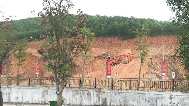 Máy múc đào đất cạnh Khu di tích quốc gia Truông Bồn khiến nhiều người dân bức xúc.
