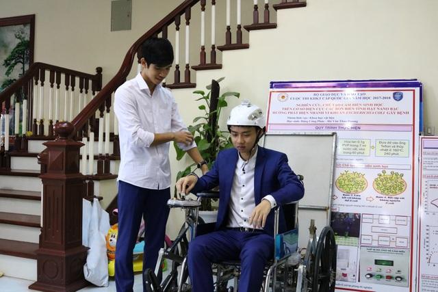 Em Nguyễn Công Khánh và Nguyễn Hữu Thành Đạt đang thử nghiệm chiếc xe lăn leo cầu thang điều khiển bằng cử chỉ của đầu, giọng nói và điện thoai thông minh