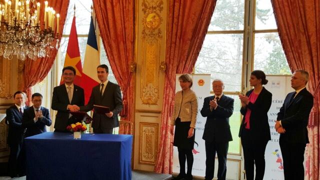 Ông Đinh Hữu Phí - Cục trưởng Cục Sở hữu trí tuệ (Bộ KH&CN) và ông Romain Soubeyran - Viện trưởng INPI ký Bản ghi nhớ hợp tác về sở hữu trí tuệ.