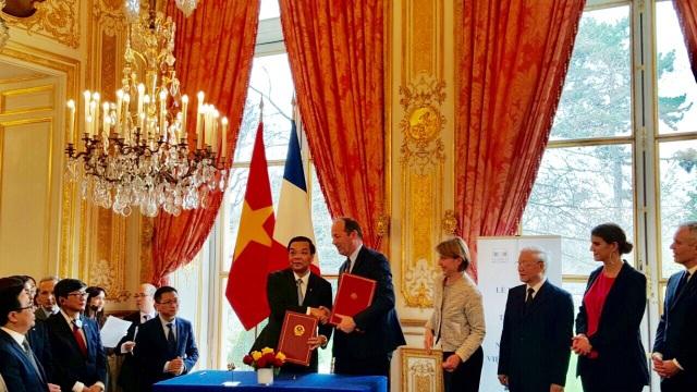 Bộ trưởng Bộ KH&CN Việt Nam Chu Ngọc Anh và Chủ tịch Hệ thống Vũ trụ Nicolas Chamussy ký kết ý định thư hợp tác giữa Bộ KH&CN Việt Nam với Tập đoàn Airbus Defence và Space SAS (Pháp) về công nghệ vũ trụ.