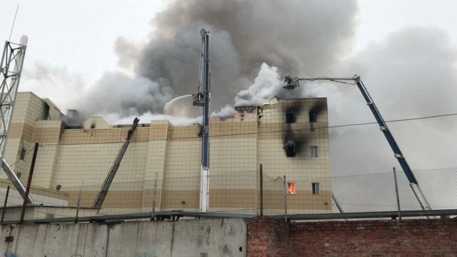 Vụ hỏa hoạn xảy ra vào chiều ngày 25/3 theo giờ địa phương tại trung tâm mua sắm Winter Cherry ở thành phố Kemerovo, cách thủ đô Moscow khoảng 3.600 km, phá hủy khu vực rộng 1.500 m2. (Ảnh: BBC)