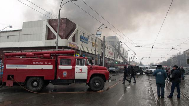 Vào thời điểm xảy ra vụ cháy ước tính có hàng trăm người ở bên trong trung tâm mua sắm. Giới chức Nga xác nhận ít nhất 37 người thiệt mạng, 43 người bị thương và 69 người, trong đó có 40 trẻ em, mất tích sau vụ hỏa hoạn. (Ảnh: TASS)