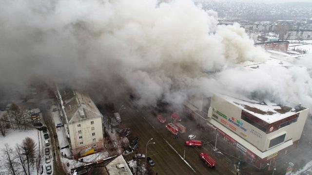 Hơn 200 lính cứu hỏa cùng lực lượng cứu hộ, xe cứu hỏa và trực thăng đã được huy động tới hiện trường vụ cháy. Đám cháy được khống chế sau 12 giờ làm việc liên tục của lực lượng cứu hỏa. (Ảnh: Reuters)