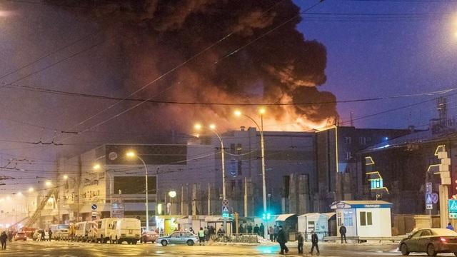 Khói đen bốc lên từ trung tâm thương mại Winter Cherry trong vụ cháy ngày 25/3 (Ảnh: RT)