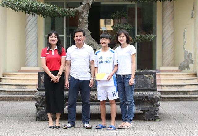 Bà Nguyễn Thu Ngọc (trái) - GĐ đối ngoại của VPMilk, tìm đến giúp đỡ Vũ Thị Hoa, thông qua cầu nối Ngọc Châm