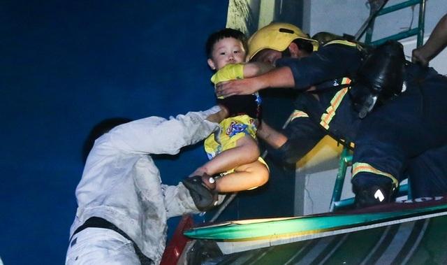 Cảnh sát PCCC hỗ trợ giải cứu người dân tại chung cư Carina. (Ảnh: vnexpress)