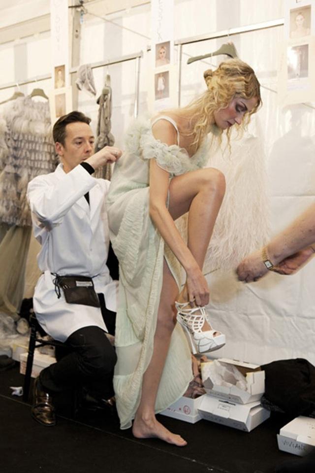 Chuyện hồn nhiên thay đồ của người mẫu ở hậu trường thời trang - 16
