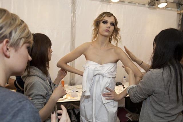 Chuyện hồn nhiên thay đồ của người mẫu ở hậu trường thời trang - 17