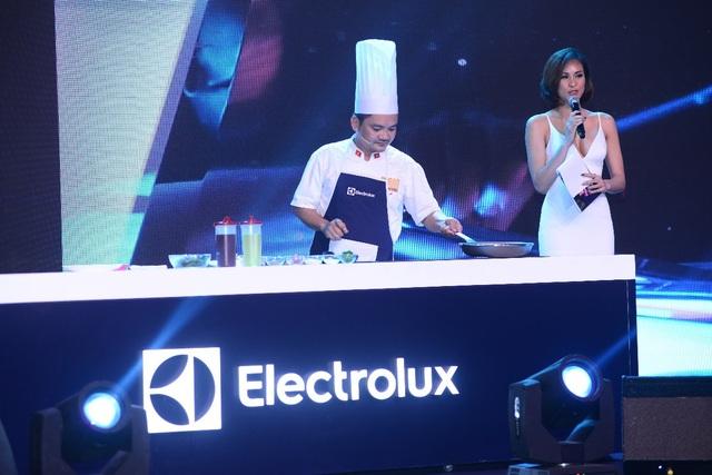 Cùng lúc đó trên sân khấu, đầu bếp Võ Quốc đã trình diễn sự tiện lợi của các thiết bị bếp bằng cách chế biến một món ăn chuẩn nhà hàng với sự giúp đỡ của các thiết bị nhà bếp Electrolux