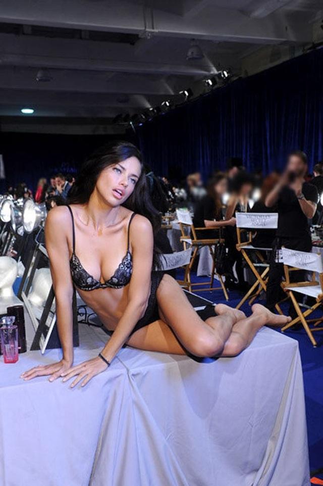 Chuyện hồn nhiên thay đồ của người mẫu ở hậu trường thời trang - 3