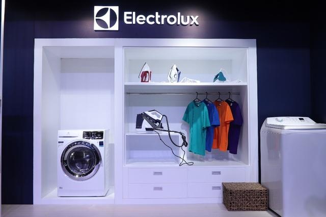 """Với mong muốn tiết kiệm tối đa thời gian làm công việc nhà cho người sử dụng, nhóm sản phẩm """"Chăm sóc nâng niu trang phục"""" của Electrolux như máy giặt, máy sấy, bàn ủi sẽ là người """"cộng sự"""" đáng tin cậy nhất trong việc giặt giũ của mọi nhà, giữ cho áo quần luôn bền màu, sáng mới và giảm nếp nhăn."""