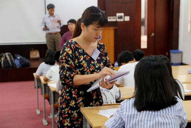 Dù thi thử nhưng các học sinh cũng trải nghiệm như thi thật từ cách thức đến đề thi