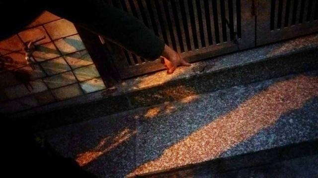 Người dân chỉ những vết axit còn loang đầy trên nền đá trước cửa nhà chị Huyền.