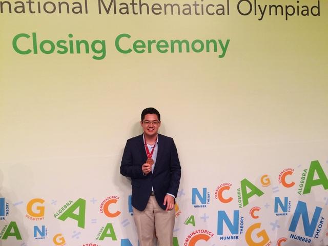Đức Tài nhận huy chương Olympic Toán quốc tế.