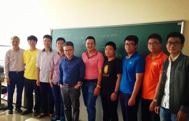 Tài (áo hồng) gặp gỡ GS. Ngô Bảo Châu và CLB Toán học Nuôi dưỡng nhân tài.
