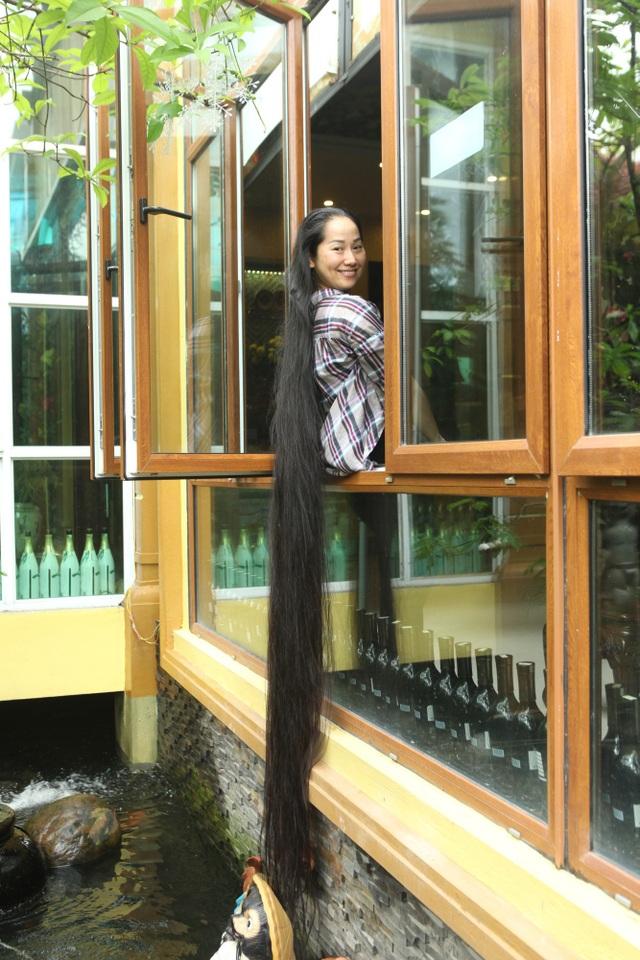 Chị Lan không cắt tóc từ năm 20 tuổi, hiện tại tóc chị đã dài 2,4m