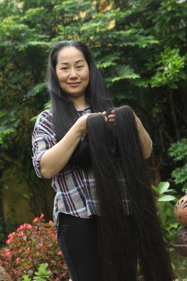 Cũng vì mái tóc dài mà mỗi lần gội đầu chị thường phải mất 1 tiếng