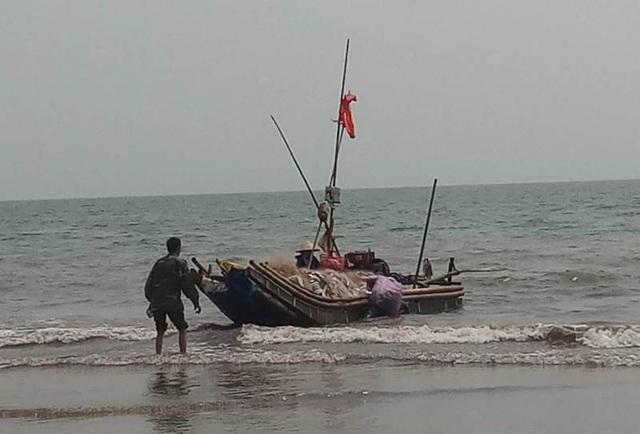 Ngư dân địa phương ven biển Hoằng Hóa đón những chuyến ra khơi trở về đầy ắp lộc biển.