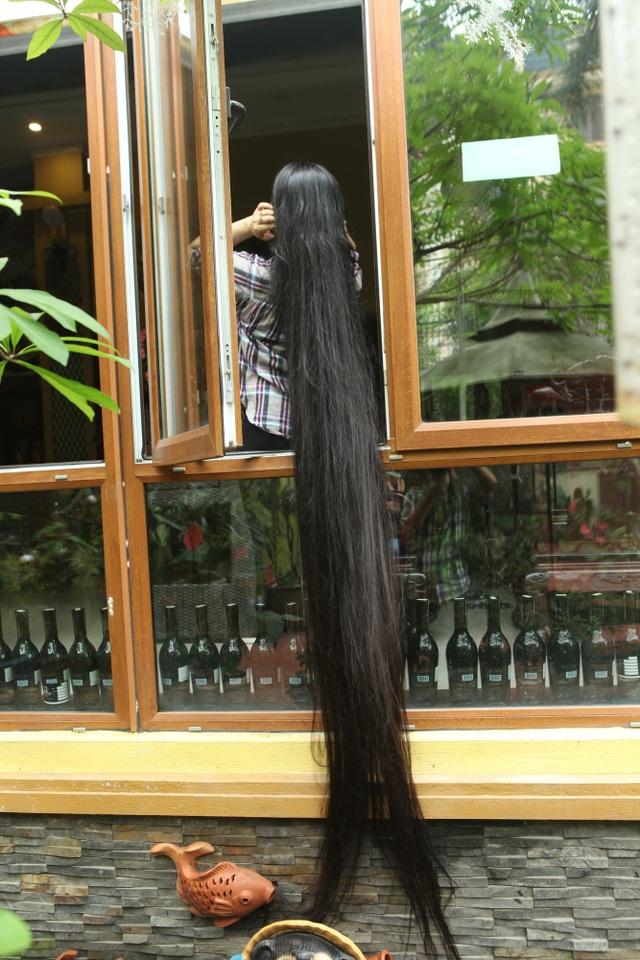 Chị cũng được xác lập kỷ lục là người phụ nữ có mái tóc dài và thẳng nhất Việt Nam