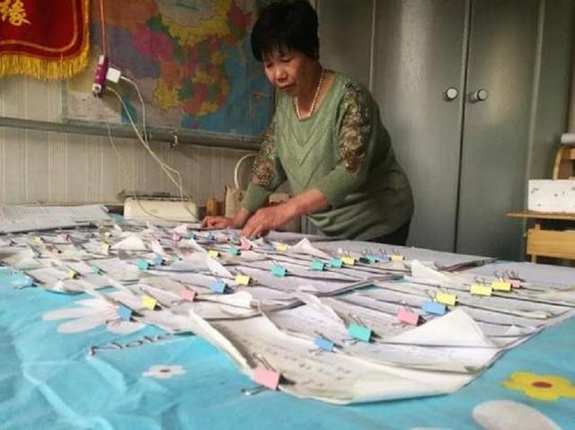 Hàng ngày, bà ghi chép cẩn thận thông tin của từng người để ghép đôi cho phù hợp